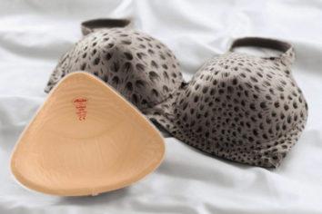 Выбор силиконовых вставок, грудных протезов и бюстгальтеров для них