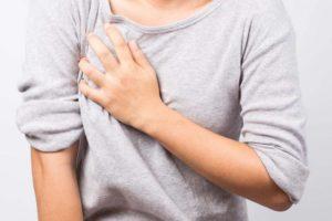 Болит грудь перед менструацией – в чем причина и что делать?