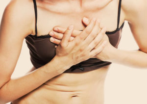 Почему у женщин появляется боль в грудной клетке посередине?